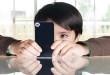 يمضي الأطفال أوقاتا طويلة مع النقال مما يلحق الأذى بعيونهم