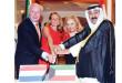الخبيزي يشارك السفير الهولندي وعقيلته قطع كيكة الاحتفال -  تصوير عبدالصمد مصطفى