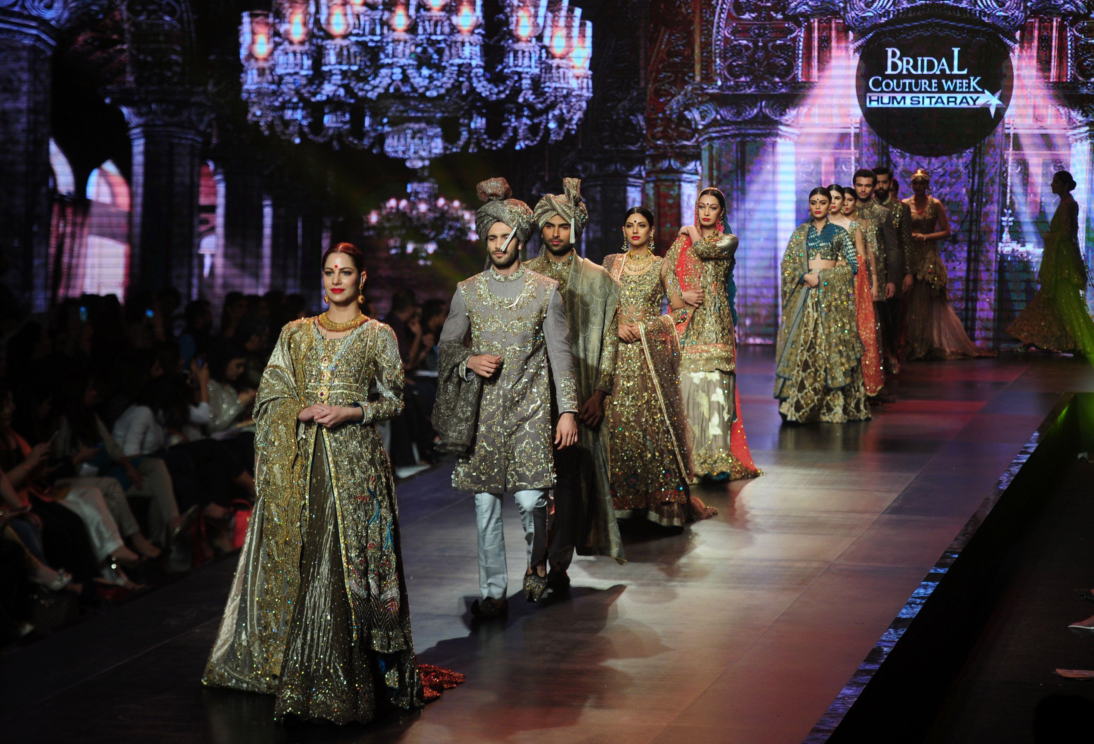 8bb86fa6e456c بالصور- انطلاق أسبوع فساتين الزفاف «الذهبية» في باكستان