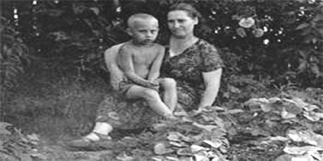 صورة نادرة لفلاديمير بوتين ووالدته ماري وهو في الخامسة من عمره (أرشيفية)
