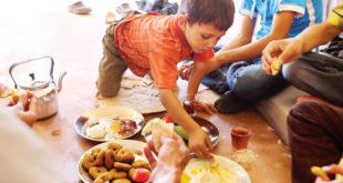 يزن يتذوق الفطور بنهم في مركز إيواء ببلدة حرجلة قرب دمشق - (ا. ف. ب)