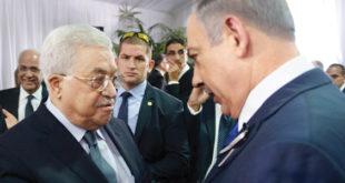 عباس يصافح نتانياهو في القدس امس (رويترز)