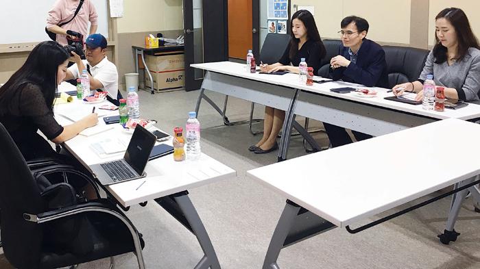 المسؤولون في مركز الرعاية الصحية العالمية  كيم هوانيونغ وسونغ تايكيون ولي يونغ كيوم والمترجمة لي جيهاي