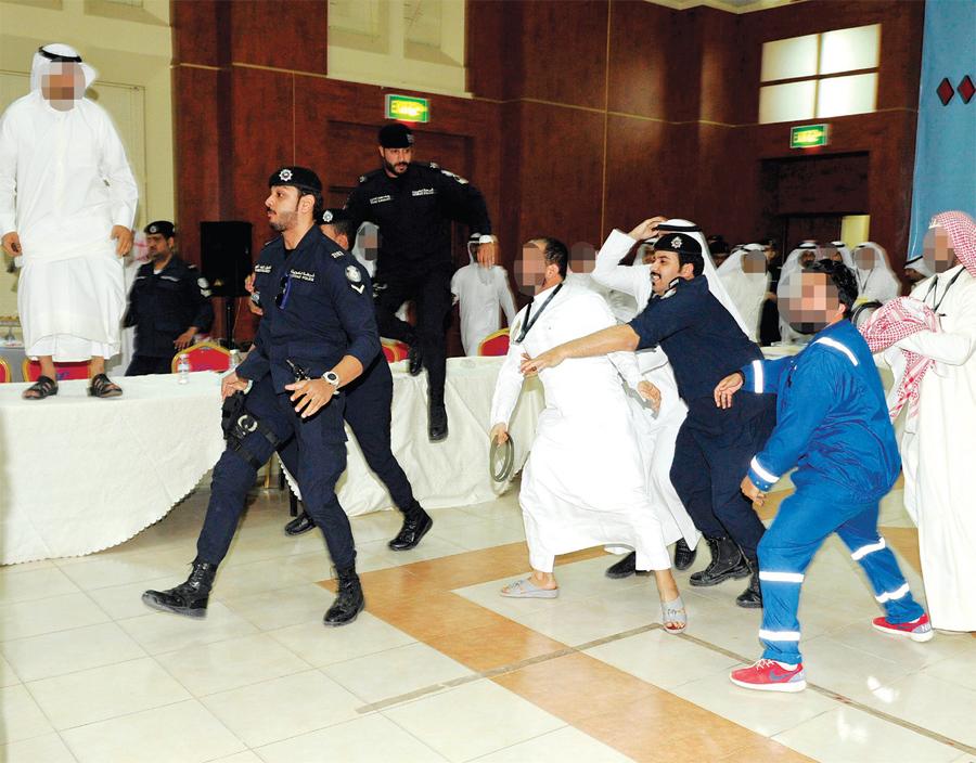 رجال الأمن خلال فض اشتباك نقابي