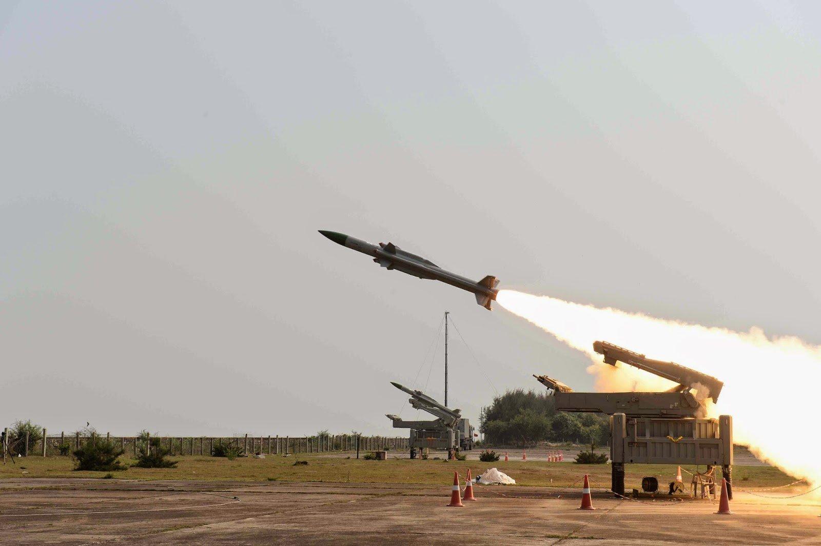 سلسلة انفجارات تهز مطار حماة العسكري وسط سوريا