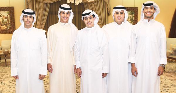 جاسم وفهد الخرافي مع عدد من الضيوف
