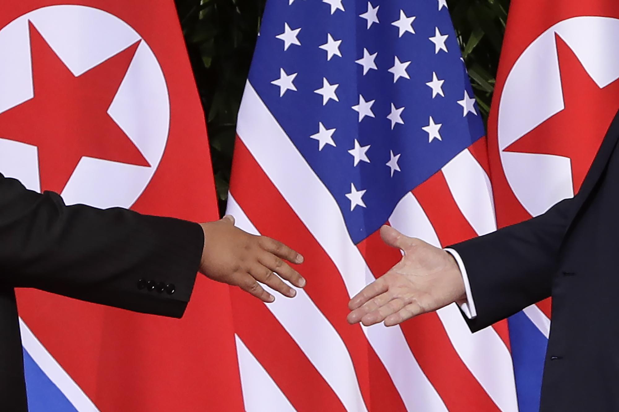 ماذا تقول «لغة الجسد».. عن لقاء ترامب وكيم جونغ أون؟