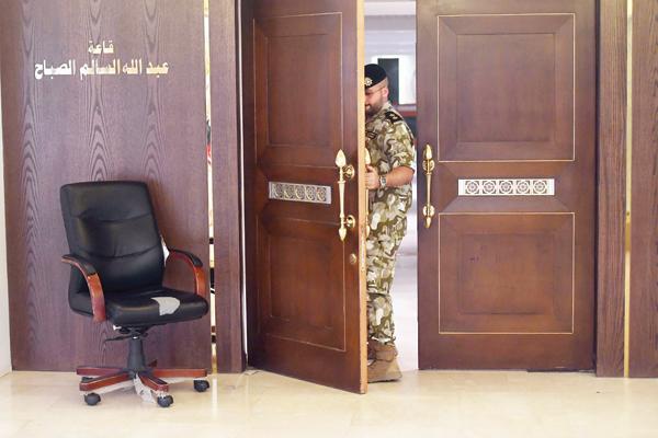 حرس المجلس يغلق باب قاعة عبدالله السالم بعد تحويل الجلسة إلى السرية | تصوير حسني هلال