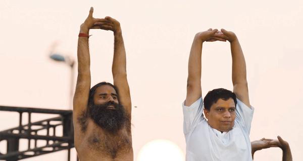 ملياردير هندي ومدرب يوغا يطلقان تطبيقاً ينافس«واتس أب»