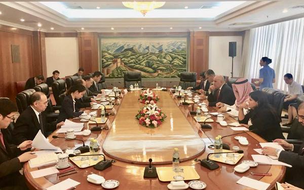 رئيس جهاز تطوير مدينة الحرير يجتمع مع مسؤولين صينيين