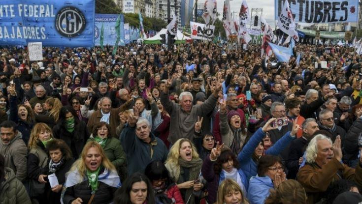 الأرجنتين: عشرات الآلاف يتظاهرون ضد إجراءات التقشف