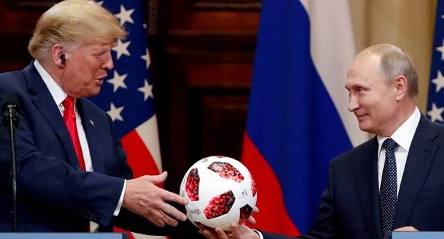 الكرة التي أهداها بوتين لترامب مزودة بشريحة اتصال