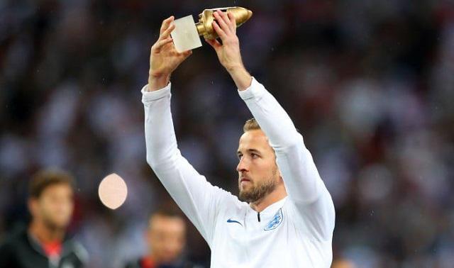 هاري كين يتسلم جائزة هداف كأس العالم
