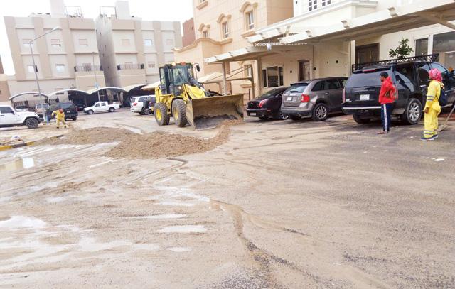 «البلدية» واصلت تنظيف الشوارع وسحب مياه الأمطار