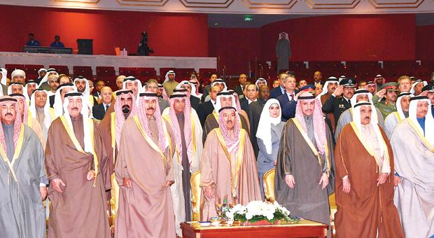 الأمير وولي العهد يتوسطان الغانم والعبدالله والسعود والمحمد والمبارك والمطاوعة خلال الحفل | كونا