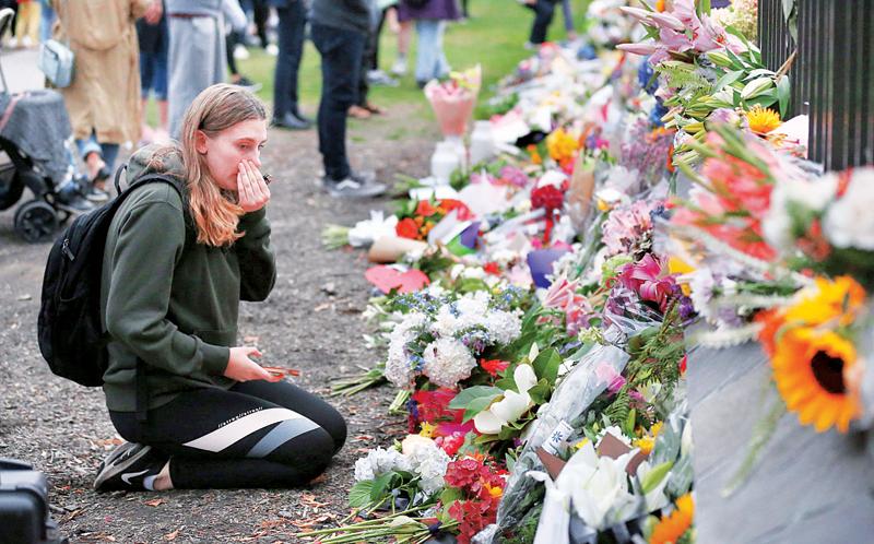 نيوزيلندية تبكي الشهداء قرب مسجد النور أمس | أ ف ب