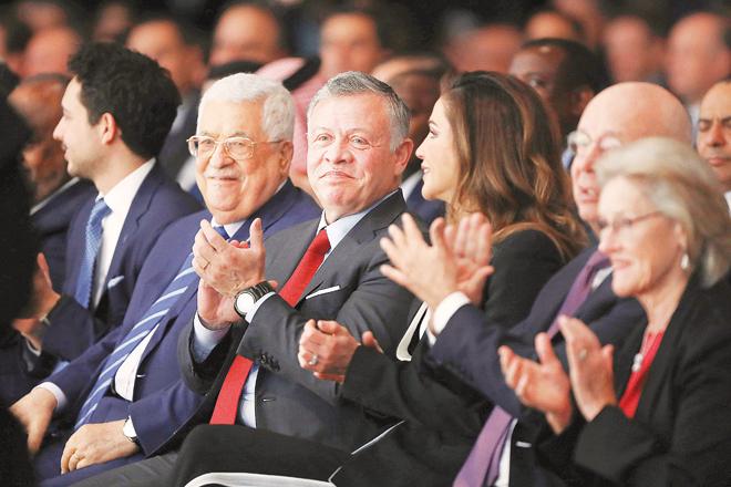 العاهل الاردني وقرينته ومحمود عباس في افتتاح المنتدى | رويترز