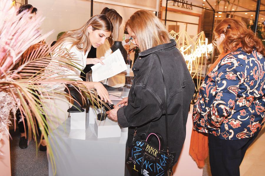سيدات يقبلن على شراء مقتنيات من المعرض