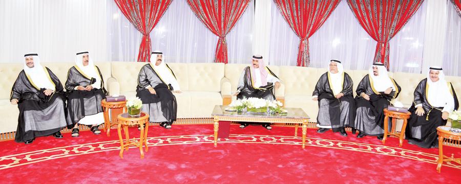 ولي العهد ومشعل الأحمد وعلي الجراح خلال زيارة ديوانية شعراء النبط