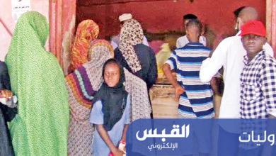 سودانيون ينتظرون دورهم لشراء الخبز من أحد مخابز الخرطوم | أ ب