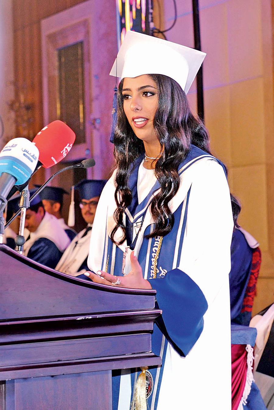 فائزة خالد الغانم تلقي كلمة الخريجين