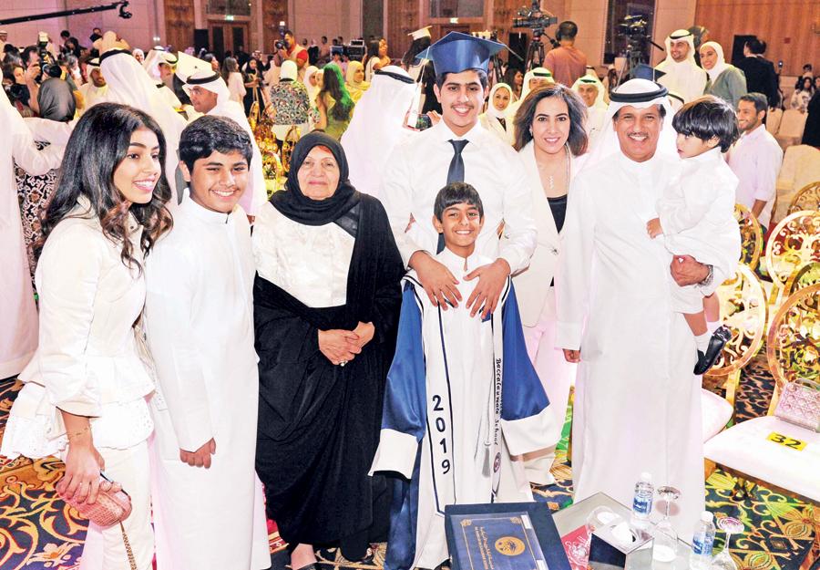 ناصر اسعد البنوان يتوسط عائلته